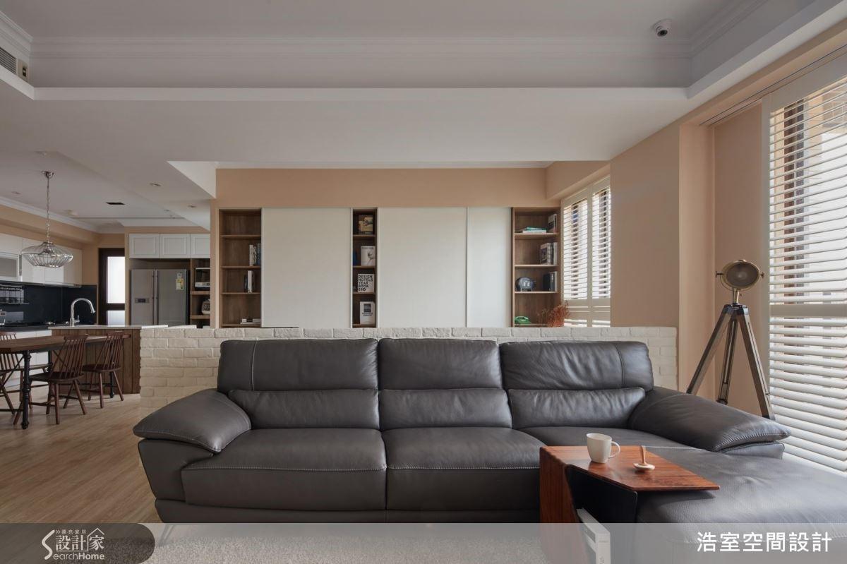 從客廳看過去,隔間剛好與沙發齊高,整牆的書櫃及收納必要時可以將拉門關起來形成壁面,保持視覺淨空,而開闊的空間感、良好的採光,就足以令人放鬆。