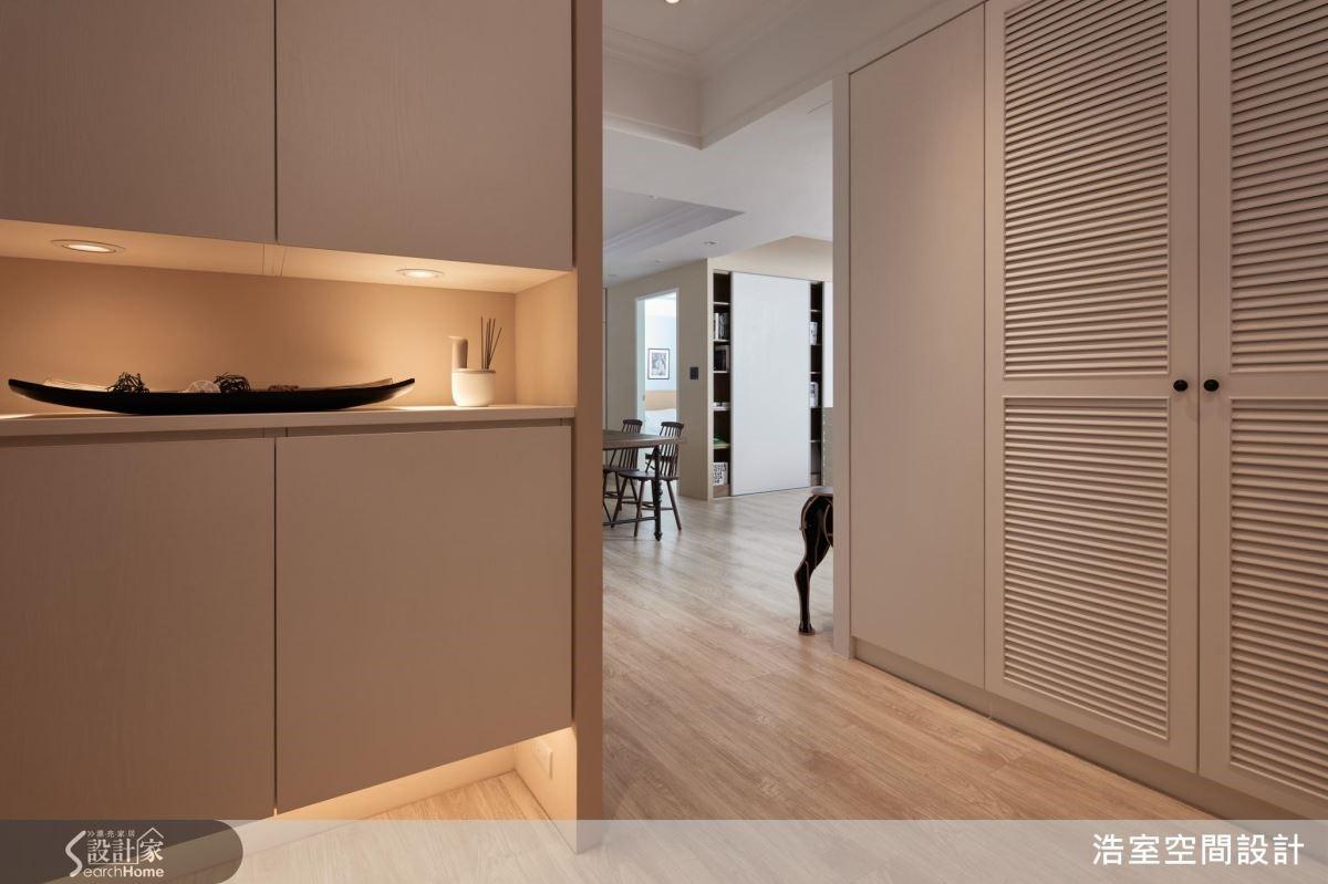 做了假牆而變出來的玄關,也設計玄關櫃,刻意不做滿,再加上間接光源,可以減輕櫃體壓力。