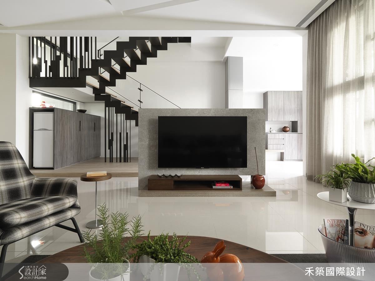 禾築設計為了讓整幢樓充滿朝氣與質感,引入大量自然光,樓梯用鐵件結構搭配溫潤的木地板,成為整幢樓的主視覺。