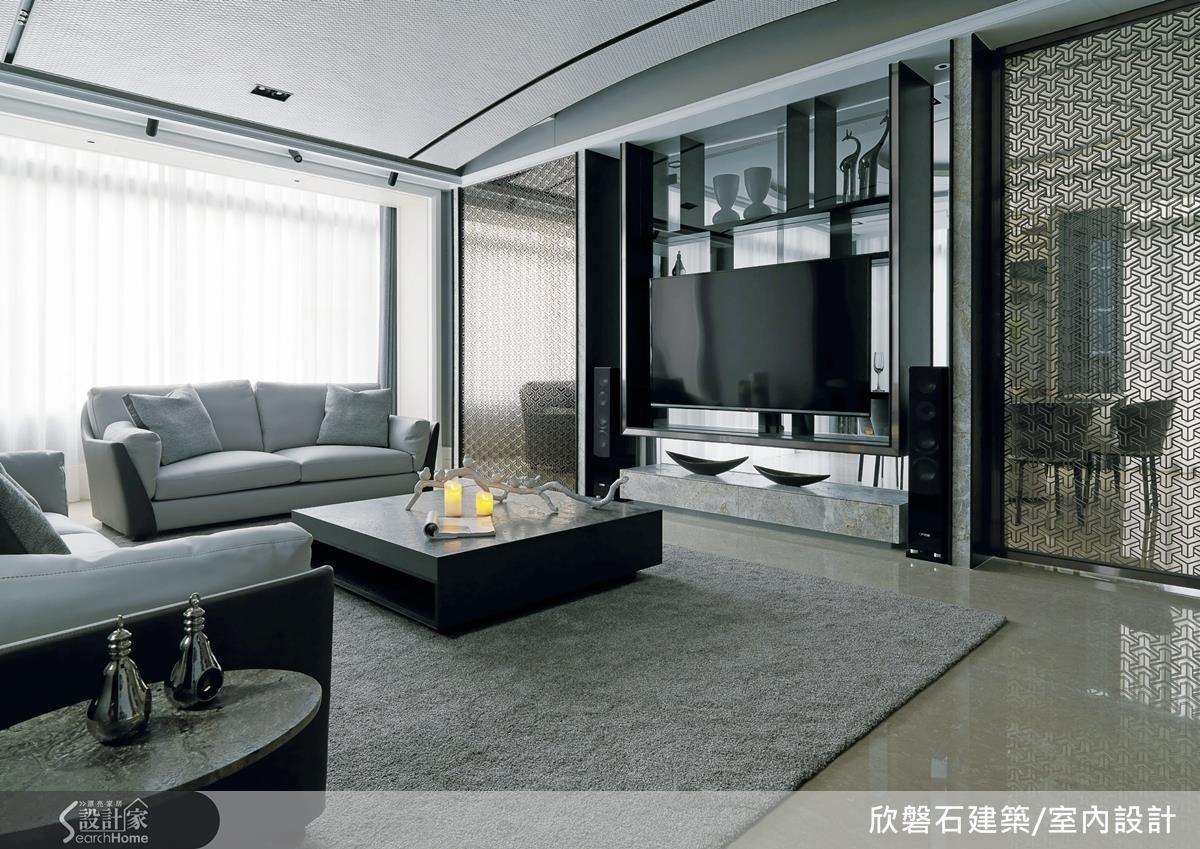 客廳以半弧型天花板作造型,不只避開頭頂大樑,更在不降低空間高度的前提下,使視覺感更加寬闊。搭配沙發上的ㄇ型雅典米黃仿古面大理石,巧妙收整天頂線條,營造俐落清爽的居家氛圍。