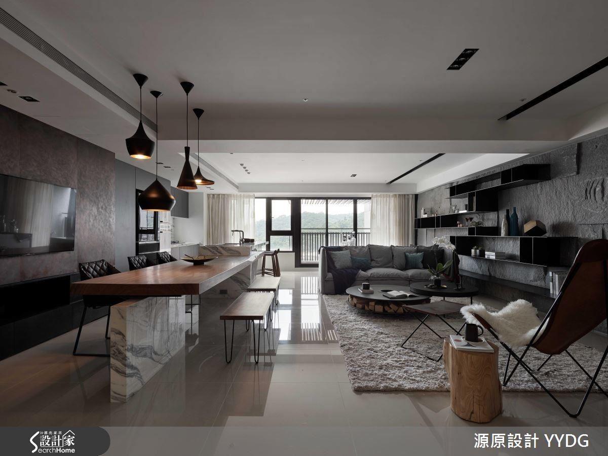 客廳黑色岩牆與橫向錯落的鐵件格架,包容生活上的蒐藏,解構出最動人的框景。