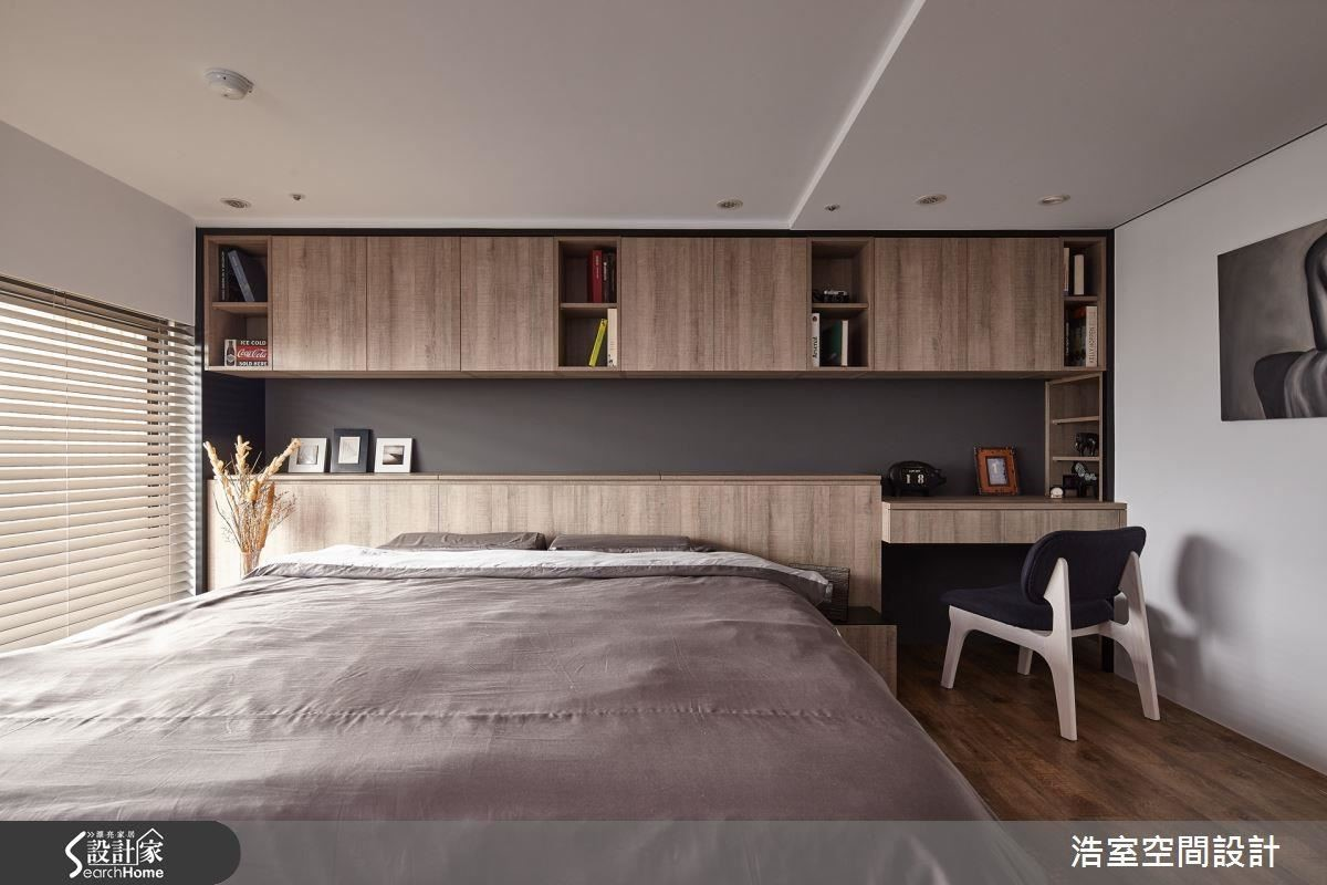 2 樓的臥室高度足夠成人直立,拆除的天花板在此不再裸露,而是做出最低限度的包覆,即便只有幾公分的高度差別,浩室團隊仍在床舖上方內凹,減輕空間壓力。