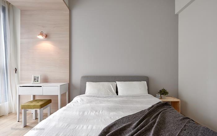 不受風格潮流限制的燈飾才能搭配性強又耐久、耐看,LAITO MINI 微光壁燈外型汲取傳統銀行燈的燈罩造型與結構,復古又典雅。