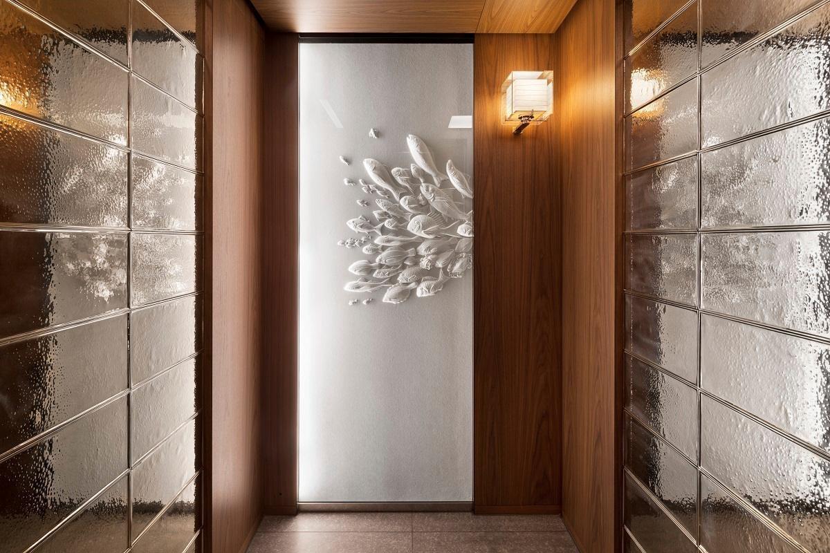 每一部電梯均有不同的藝術品妝點。