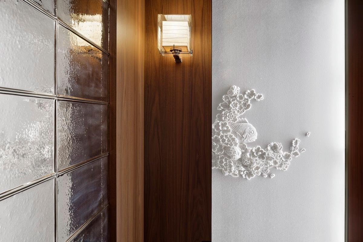 Andaz Tokyo Toranomon Hills以和紙層層疊疊製作的藝術品,設置於電梯。