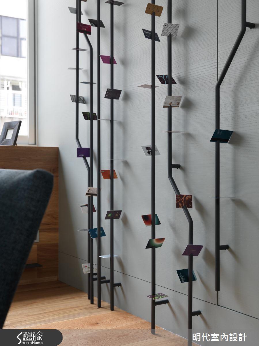 以細緻的樹枝形狀為主軸,就算蔓延整個牆面也不顯冰冷;更令人驚豔的設計是可以把收到的明信片夾在上頭,簡直太浪漫了!