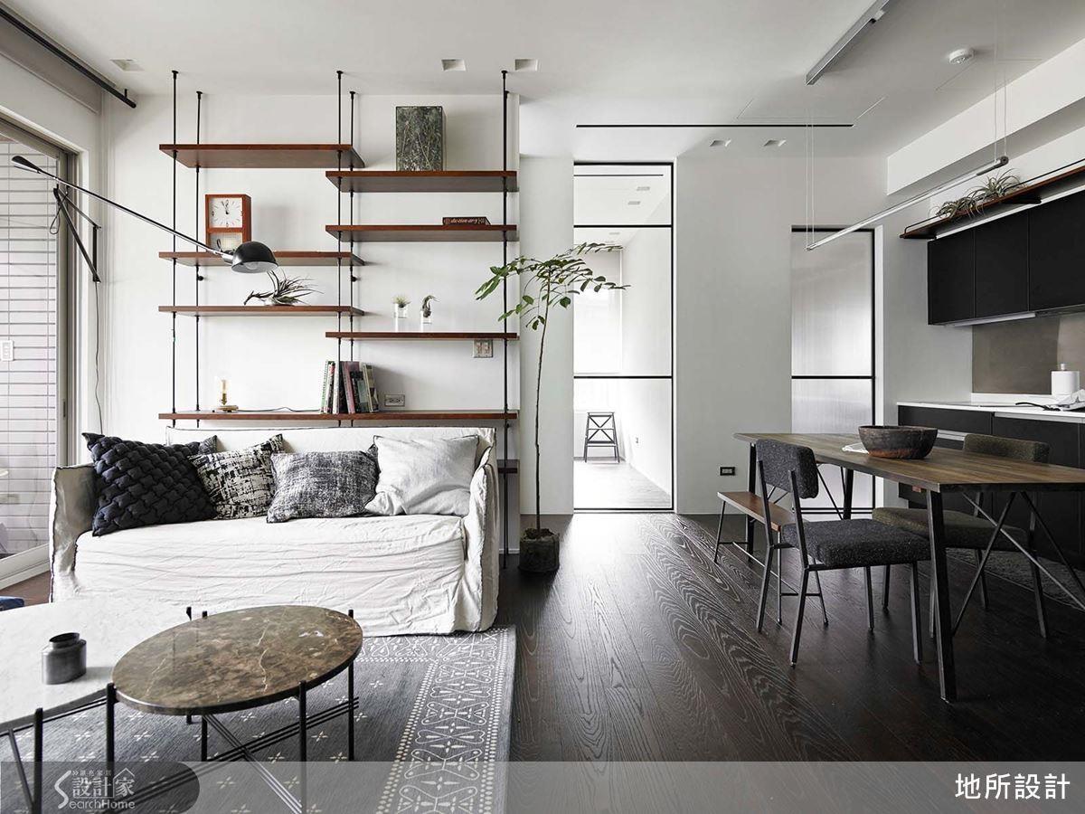 想要為單純色調注入亮點?沙發背牆訂製鐵件實木層架,除了展示收納機能,更創造宛如藝術家的氣息。