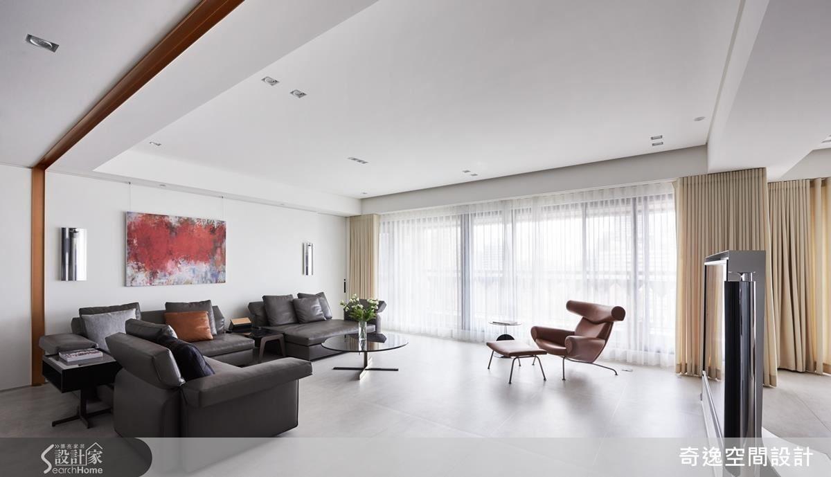 客廳沙發背牆左右各隱藏主臥及次臥入口,廊道化為無形,大大增加客廳使用空間。