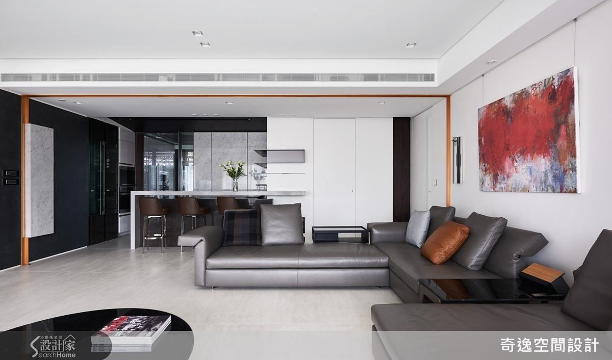 調整過的客廳與吧檯相鄰,特別以金色做出ㄇ型框以示區隔,也增添客廳的貴氣。