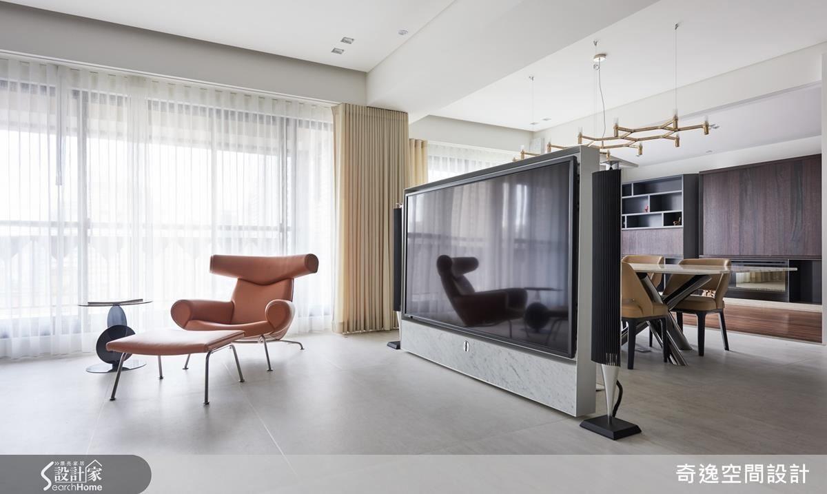 從客廳看過去,相當有型的丹麥名牌喇叭與電視牆合體,簡直像裝置藝術,一路望向書房,在自然光的洗禮下,寬廣的公共空間相當遼闊。