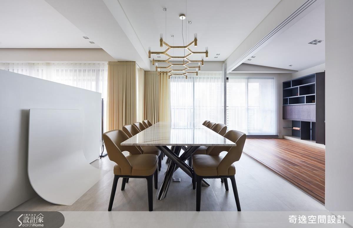 餐廳與客廳只有半壁之隔,這半面牆壁其實是鐵件特製的電視牆,配合最佳觀賞角度,斜斜往後 6 度。餐廳與書房則是以活動拉門相隔,略微墊高的木地板讓書房也能當作客房使用,靠窗處的書架中段其實是隱藏的下掀書桌。