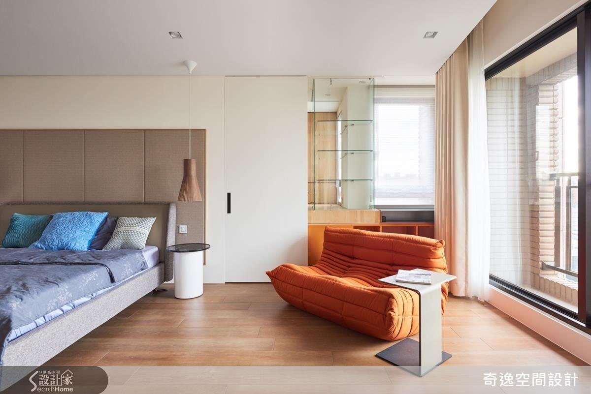 主臥室的床頭另一面是更衣室,以拉門相隔,為了保持互動,郭設計師特別在拉門旁做出穿透性設計的玻璃櫥窗,既可以當作名牌包的展示櫃,注入時尚元素,又能讓更衣室除了小窗戶外,享有更多的光線流通。