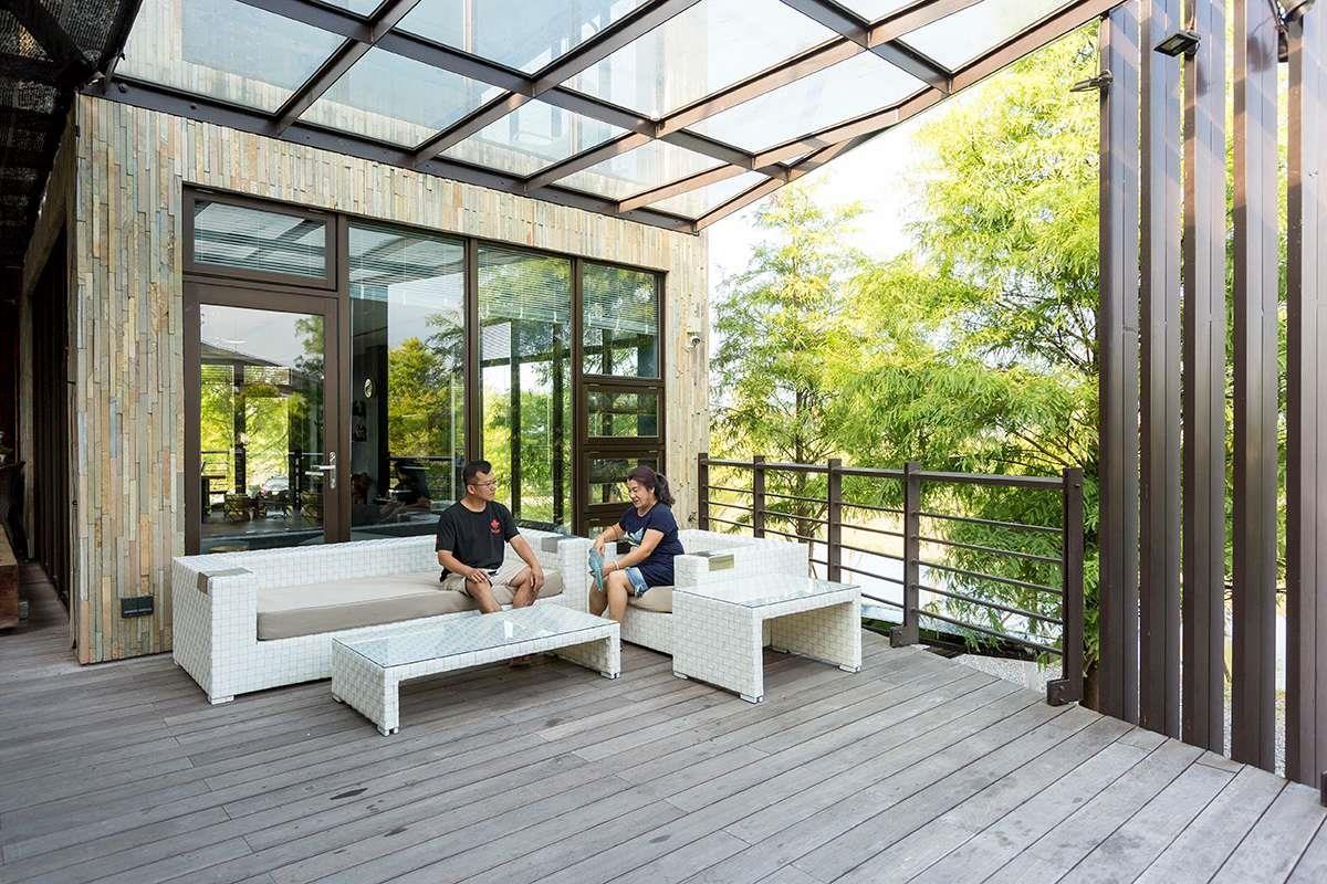 攝影_江建勳/在一樓外部創造L形露台,並以玻璃鐵架搭建的簷頂作為遮擋,不阻礙光線前進,卻也能不受雨淋日晒。