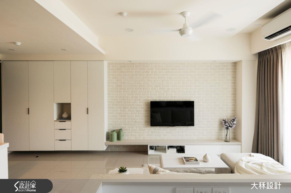 設計師保留建商設計並更換與風格不符的門片,打造簡約清新居家!