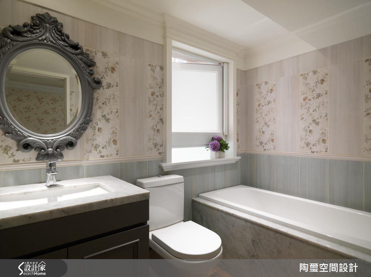 主浴利用宛如壁紙的碎花磁磚,創造細緻的浴室牆面細節,嚴選大理石材質與客製化雕花鏡框,鄉村風中依然散發出莊園古堡的氣勢。