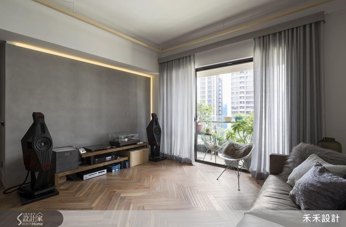 紗質窗簾布,提高光線穿透度,也讓空間多了輕盈感;人字型拼貼方式,讓不規則的木地板花色,自然地、沉穩地令人感到平靜。
