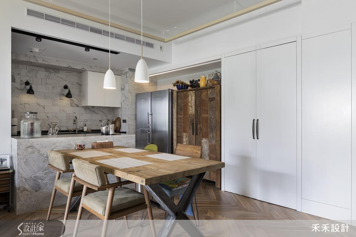 古拙原木的櫃子是女主人一見鍾情的家具,配合此家具,家中特意搭配了許多木製配件,讓居家呈現更有溫度。木櫃旁的白色櫃門一打開,是男主人為了和家人一起活動而設立的隱藏工作空間。