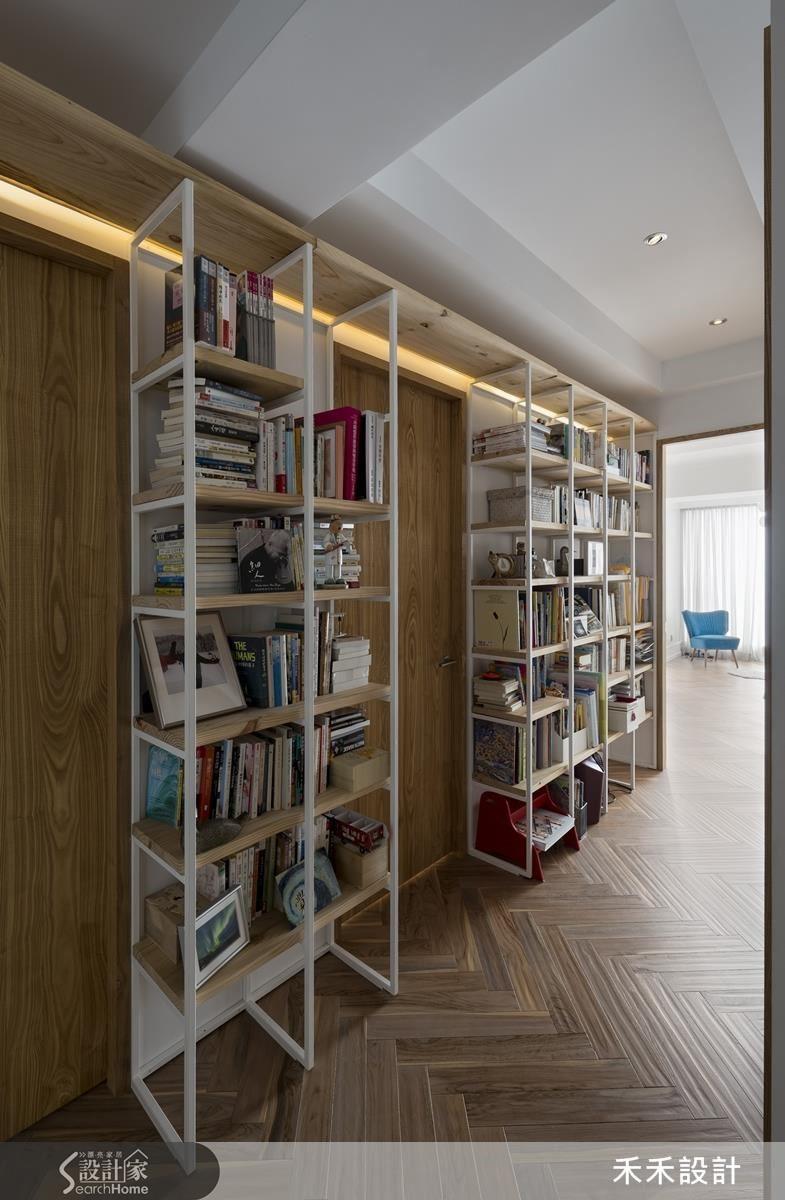 依著走廊牆面而立的書架,增加愛書的屋主一家人的置書空間,也是最棒的「壁紙」。