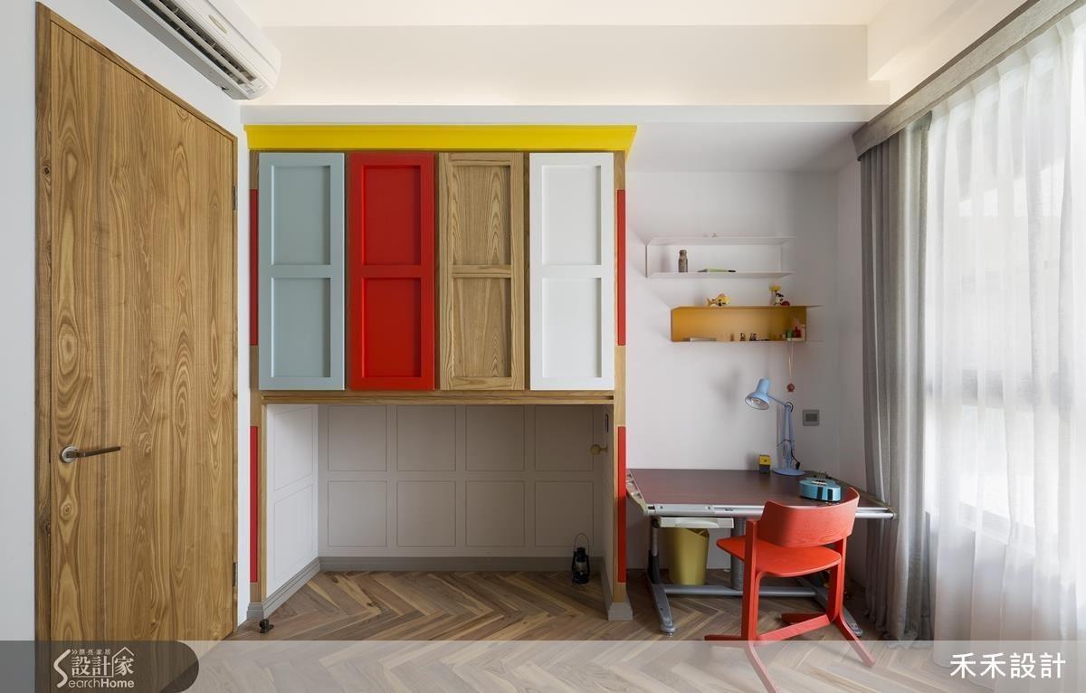 還在念小學的弟弟房間多了許多色彩和童趣,櫃子下特意保留的空間除了是開放性置物櫃,也是弟弟和玩伴們的祕密基地。