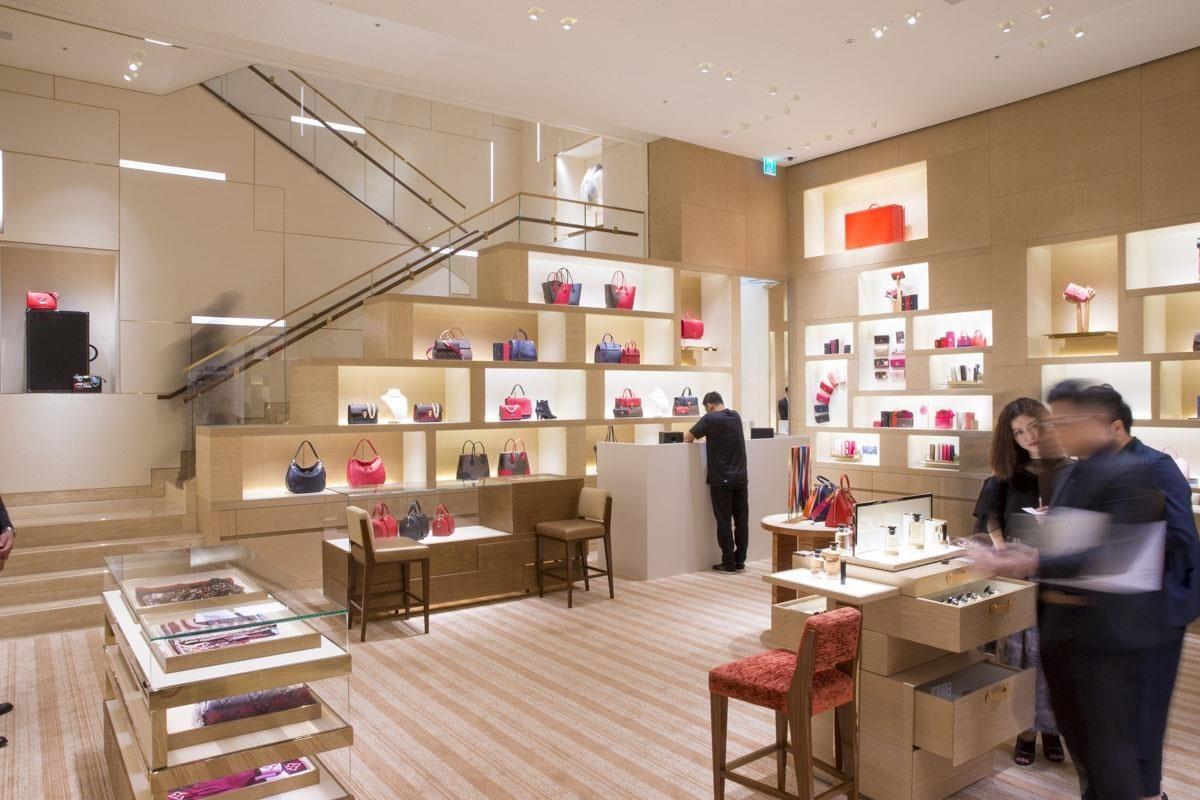 兩層樓的店面以店中挑高的樓梯連接,空間設計以不同種的木頭、皮革、布料、自然石材等頂級材質打造。