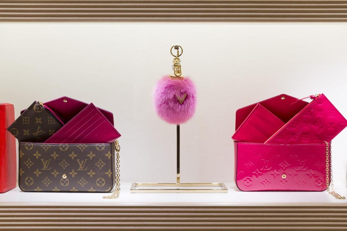 信義微風LV旗艦店獨家販售,Bubble V手袋貂毛吊飾鑰匙圈。