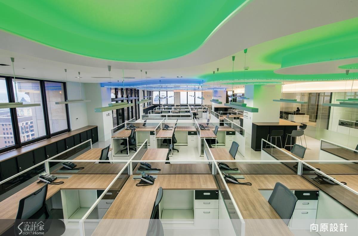 空間融入圓弧流線、多彩燈光,帶出布料柔軟具層次的意象,員工座位則比鄰而坐,整齊劃一、層次明確,並規劃高度 100 cm 的座位隔屏, 維持流通的空間視線。