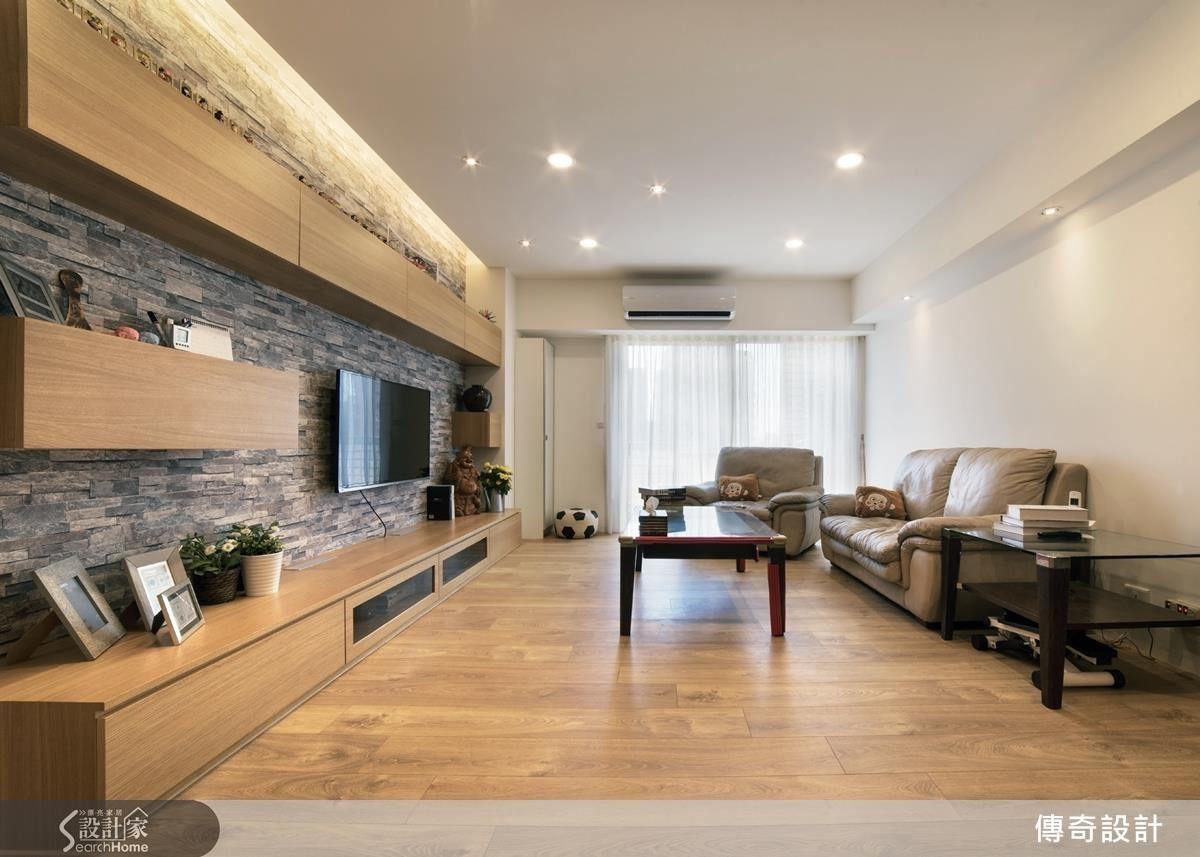 客廳大片落地窗灑落明亮自然光,而較低的天花,設計師運用壁面的間接燈光與客廳天花嵌燈拉高視覺感。