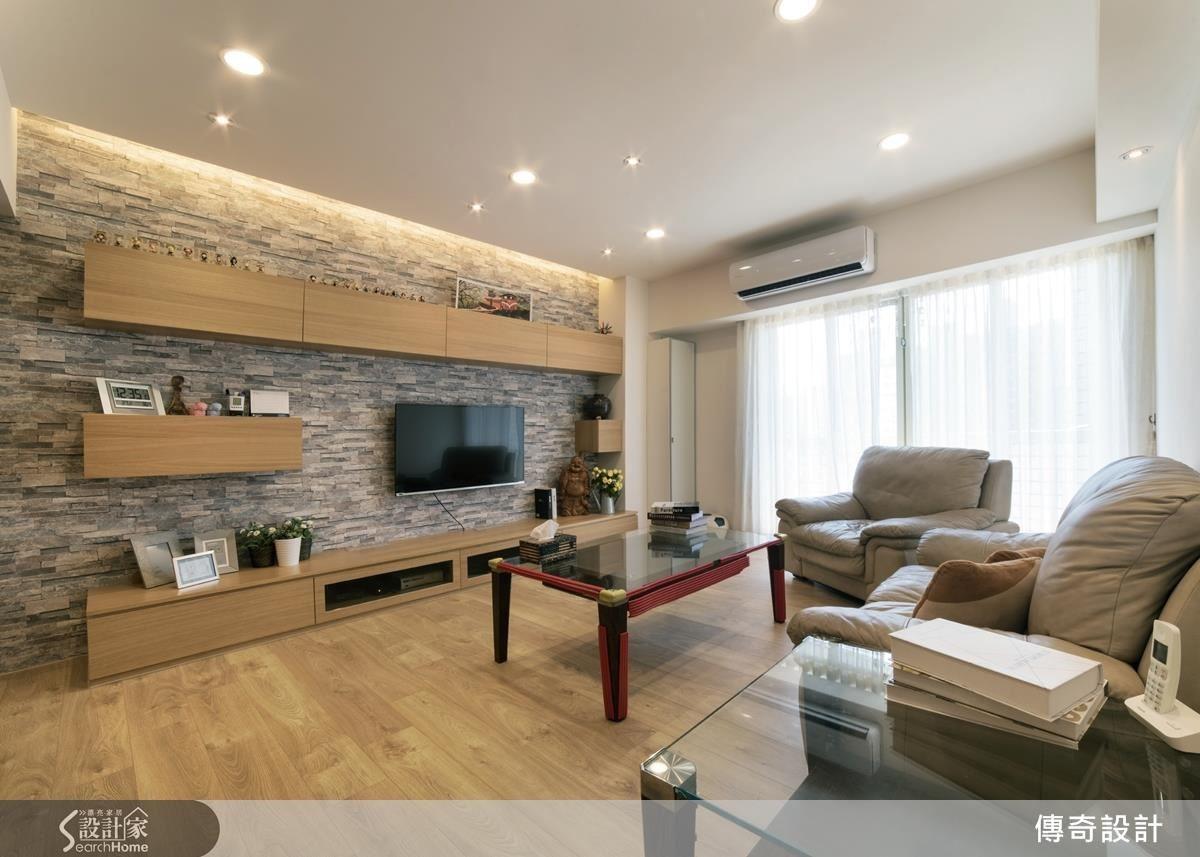 電視牆選用日本進口石紋壁紙與淺褐色家具互做搭配,並為客廳增添沉穩質感,而連壁式線條電線櫃不僅豐富收納機能,也延伸空間視覺。