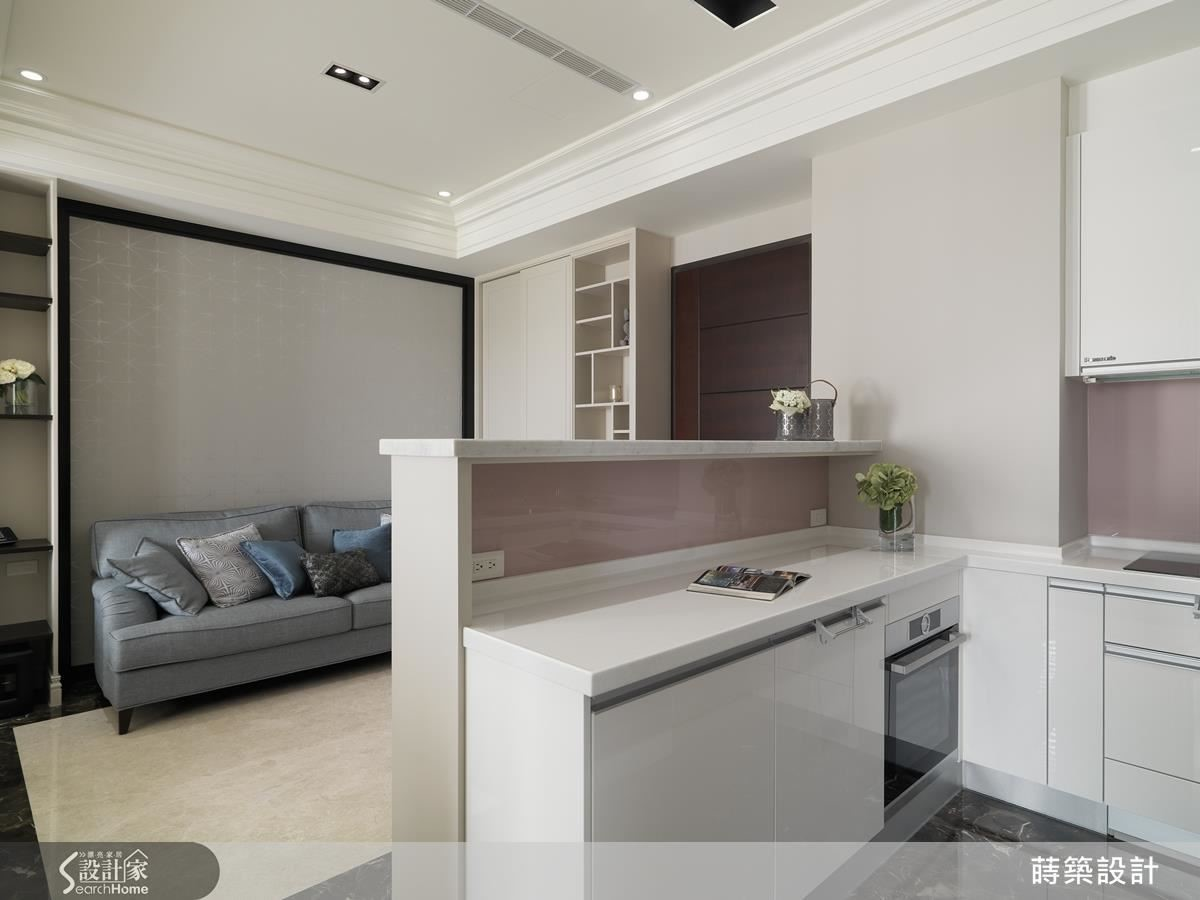 房改成ㄇ字型,電視牆背後就是料理區,收納廚房家電,客廳與廚房共用雙面櫃,複雜的管線收得乾乾淨淨。