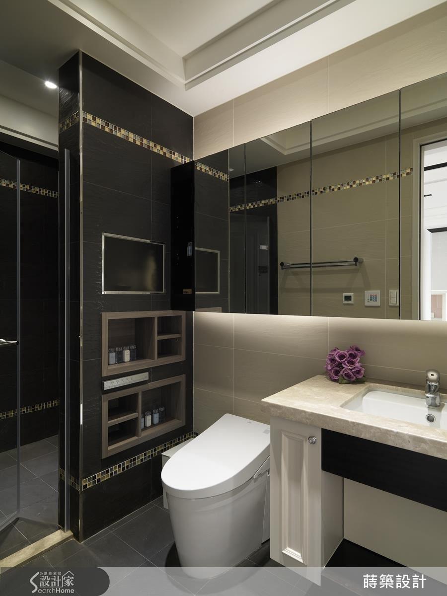 業主一家不喜歡浴室裡的層架,但收納非做不可,於是加厚了淋浴間牆壁的厚度,做出雙面櫃兼隔間牆,再挖空做出收納空間。最高的噴砂玻璃格擺放洗髮精、沐浴乳,淋浴間使用;下方的 2 個格子高度,則方便使用馬桶時拿取,整排的鏡櫃提供放大空間的視覺效果,整齊又帶有時尚感。