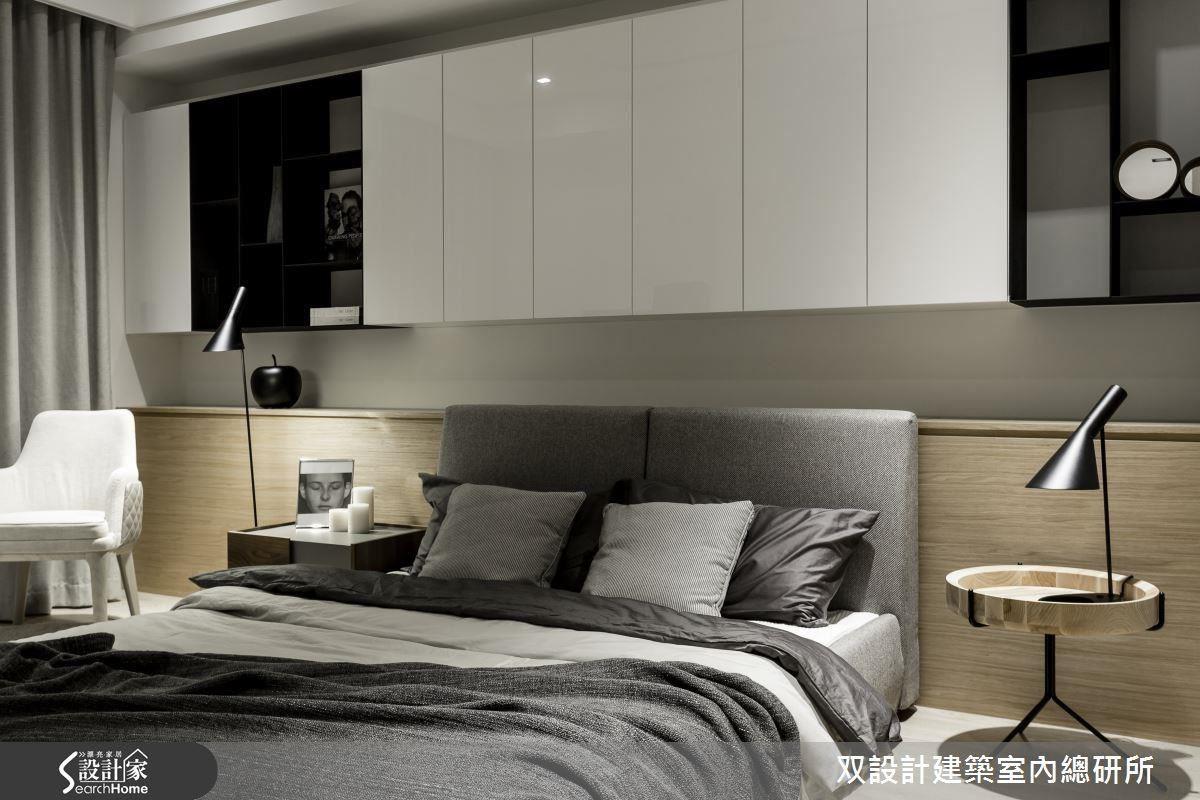 上下兩段式設計的床頭櫃牆,簡約造型兼顧實用與美感。