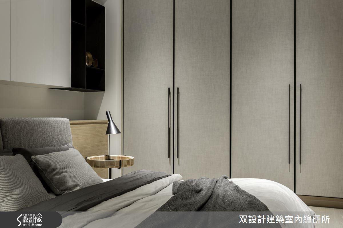 繃布的衣櫃門片,色彩與質感讓這個語彙精簡的空間能呈現出一種能讓人感覺親近的暖度。