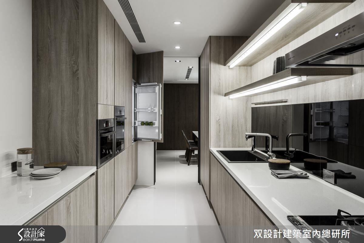 長型廚房的面積有限,將冰箱等家電全藏在入口兩側的櫃牆立面內,能創造出極高的收納效率。圖左的矮櫃,檯面還可充當備餐檯、擺放剛出爐的菜餚或等待下鍋的備料。