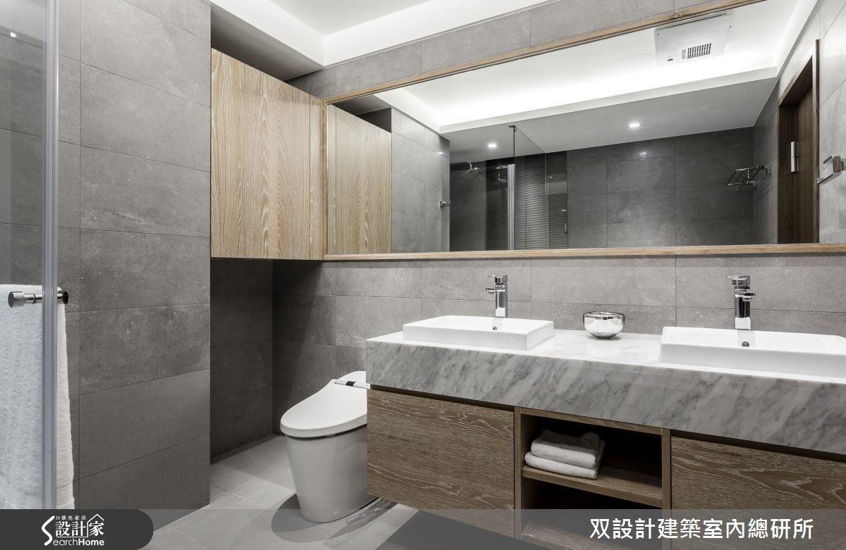 100 %量身訂作的浴櫃,為虛實交錯的設計,兩側的櫃子可收納各式雜物,中間的開放式層架則便於拿取毛巾。