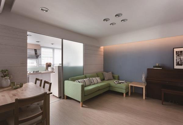 利用巧妙的輕隔間安排,在 7 坪內順利納入客廳、廚房與餐桌,同時不減採光優勢。