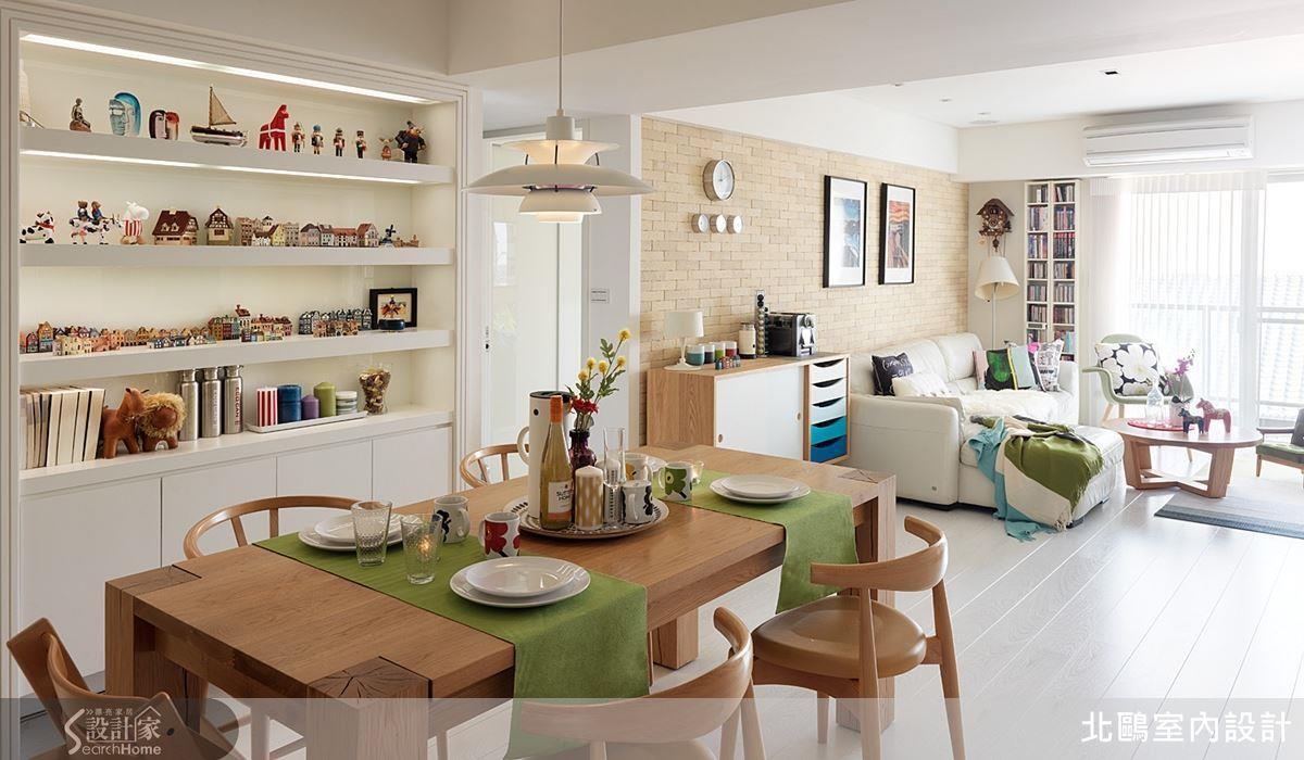 將書房與客餐廳至於同一個水平面上,讓陽光得以照拂開放空間,搭配色彩繽粉的單品佈置,完整呈現寬敞的北歐生活風貌。