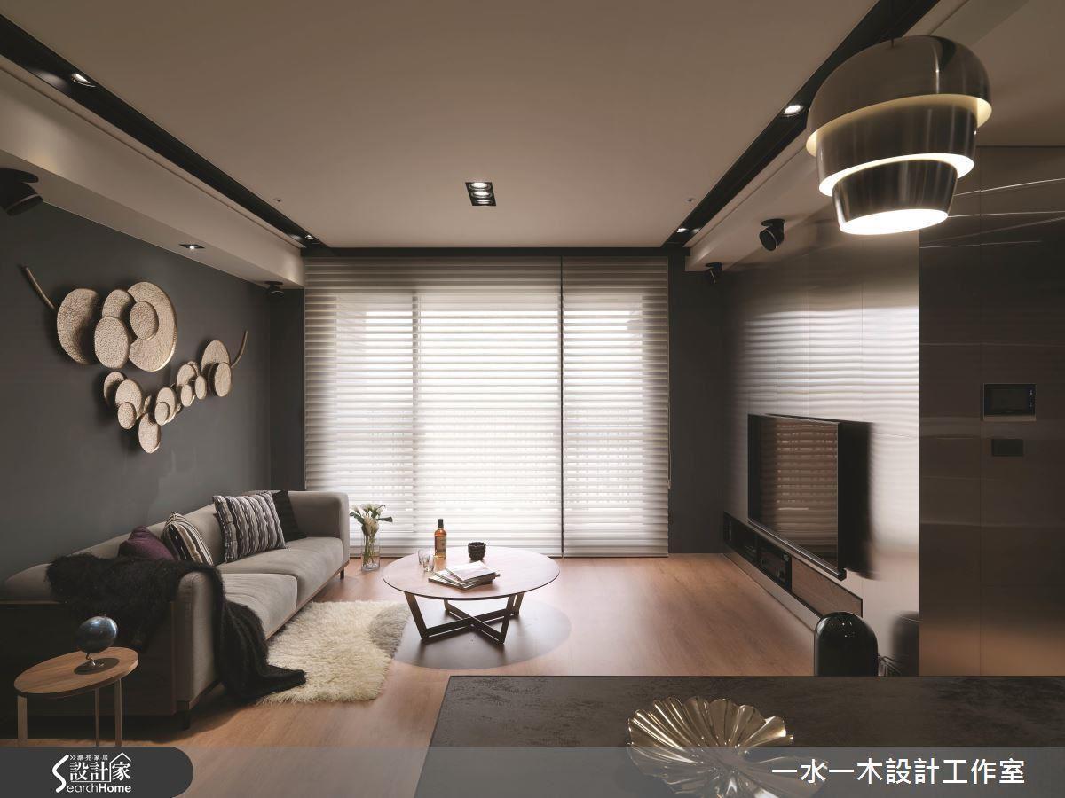 經過向後拉伸的不鏽鋼牆不僅放大視覺感受,更取代實牆為後方書房提供櫃體功能,為小夫妻爭取收納空間。