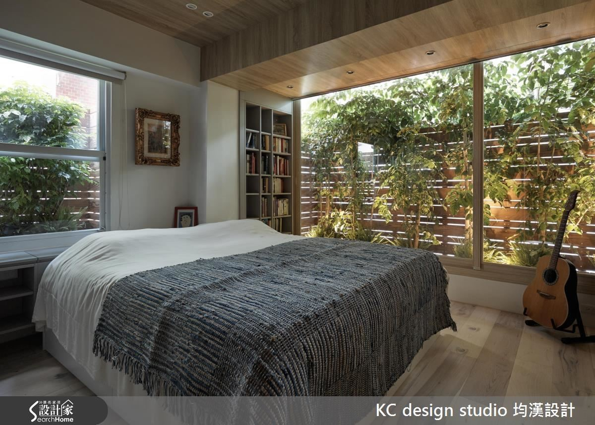 大面積清玻璃窗佐以南方松格柵造景,繚繞著賞心悅目的綠意。