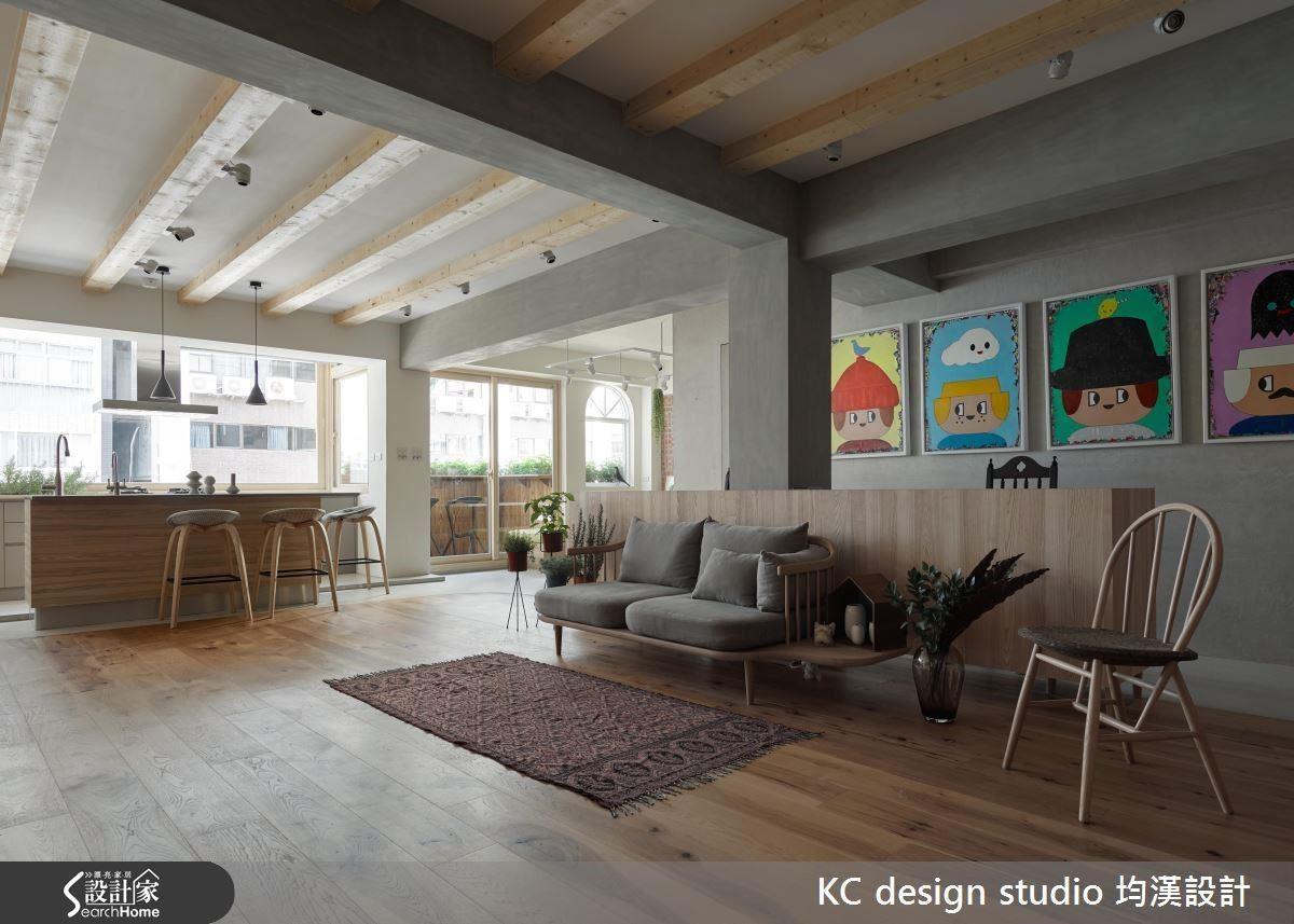 自然光源傾洩入室,散發木質感的芬芳與空間一覽無遺的設計魅力。