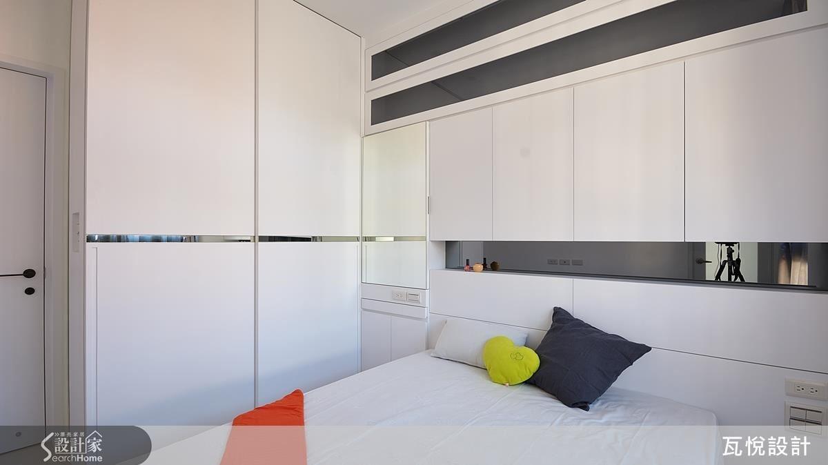 主臥空間設計節奏放鬆,呈現舒適的氛圍,以鏡面線條為空間精緻點綴。