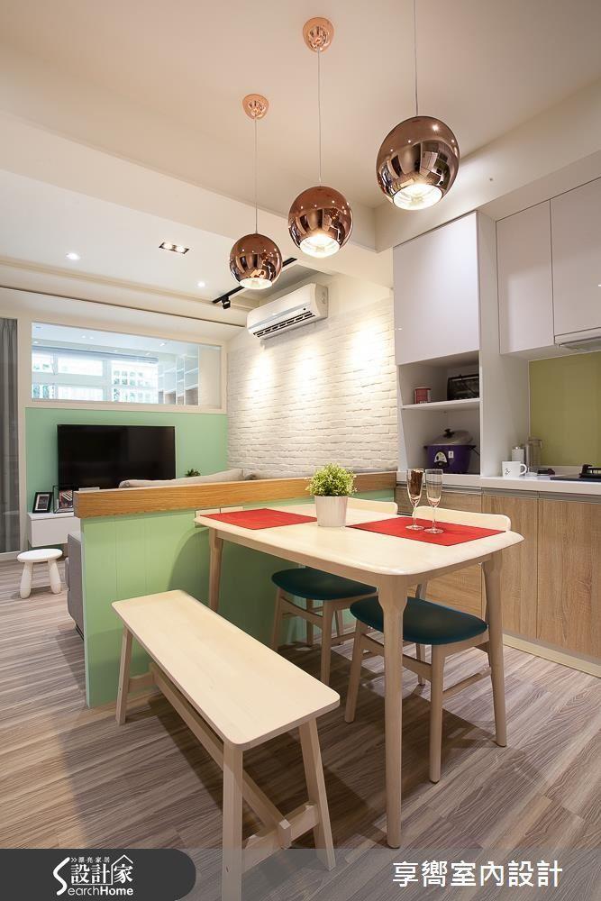 設計師將客廳與餐廚空間至於左側、收納櫃體至於右側,透過功能性整併讓動線寬敞流暢。