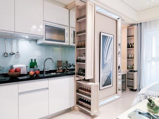 扣掉衛浴後僅有 5.6 坪,設計師利用櫃體創造隔間與收納,打造客廳、臥房、更衣間、梳妝台與廚房的完善規劃!