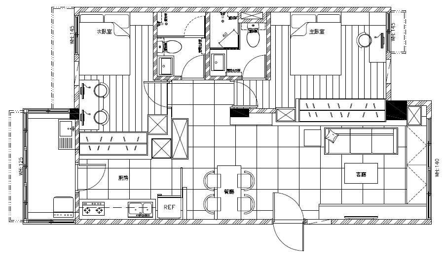 裝修後的平面圖。除了將廚房從後陽台遷回室內的變動,乍看之下似乎沒有太大變動。但,各區卻在經過微調之後尺度卻變得更合理。兩間臥房原先極度欠缺儲物空間,現也能設置整排落地櫃了。