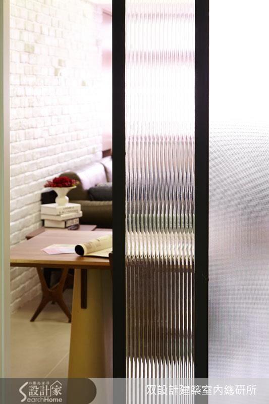 從廚房往餐廳、客廳看,這道拉門利用條紋玻璃透光卻不透視的特質,製造出曖昧的界線。