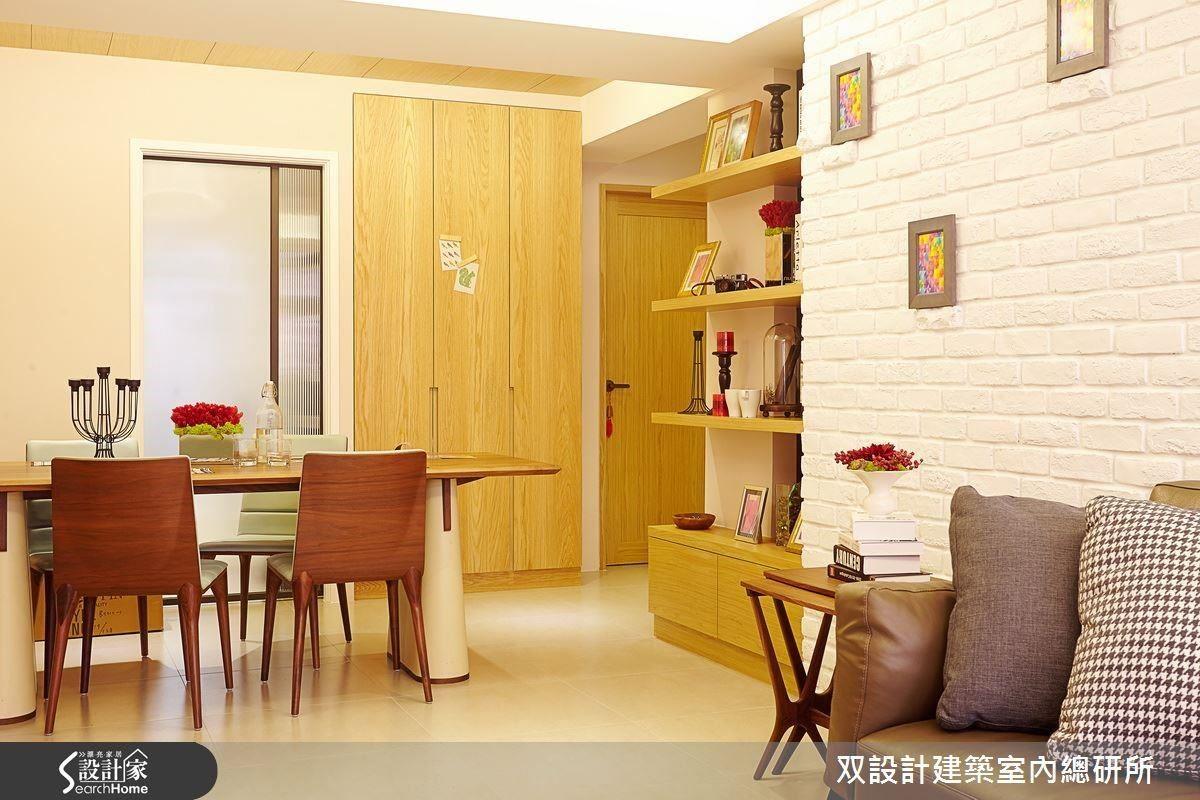 出入兩間臥房或廚房,都需經過餐桌。將桌板鑲嵌在圖左的牆面上,出入的動線就能變得更順暢。