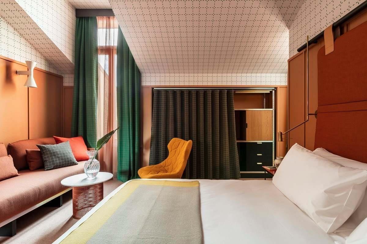 房間內懸掛米蘭藝術家的藝術品,讓藝術與原創設計結合