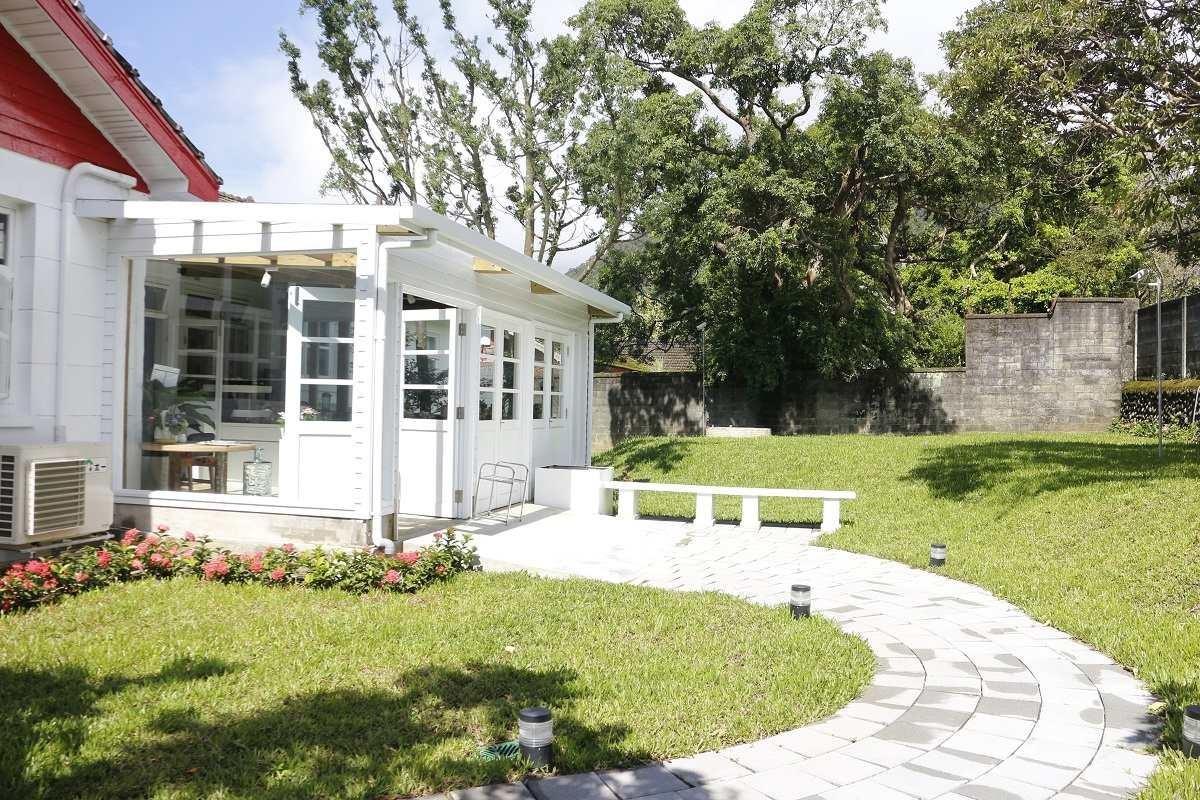 走進來就可看到遼闊的庭院草皮與延伸出來的吧檯區。