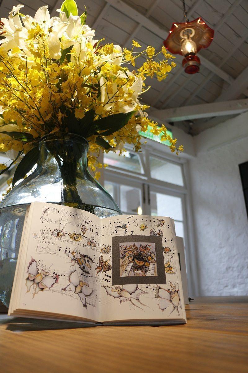一進門就能夠看到藝術家歐笠嵬書本展示桌,延伸至壁爐區。