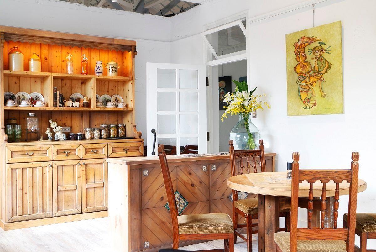 原木廳,以舊有的廢棄的原木製作了各式傢俱。