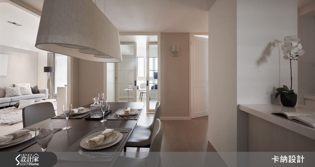 客餐廳相連共鳴,並以透明玻璃引光,將書房的自然光源帶入餐廳區,增添光影變化。